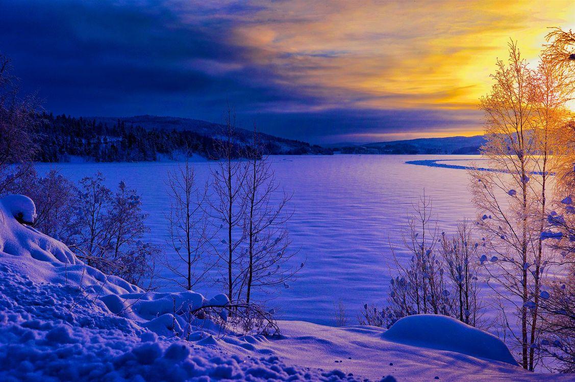 Зимняя Швеция и замерзшая река · бесплатное фото