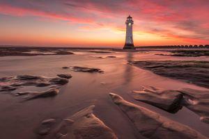 Свет маяка и вечернее море · бесплатное фото