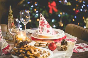 Бесплатные фото сервировка,праздник,новый год,стол,бокалы,печенье,шишка