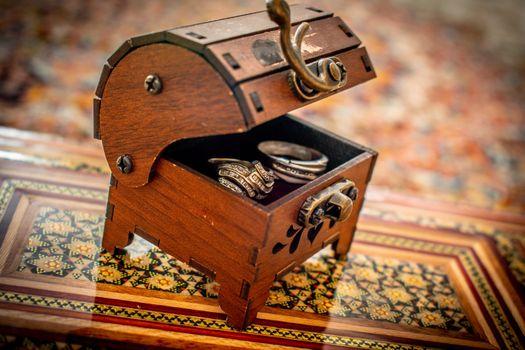 Бесплатные фото кольцо,брак,создание семьи,деревянный,ящик,античный,дерево,мебель,сокровище,сундук,аксессуары для дома