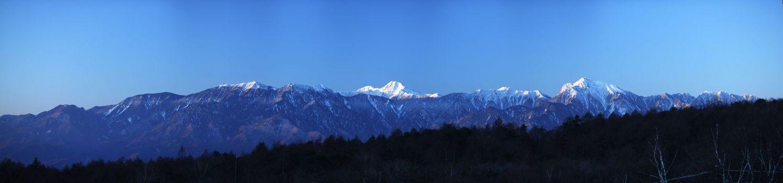Огромные горы на горизонте