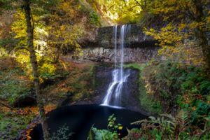 Фото бесплатно осень, водопад, водоём, скалы, лес, деревья, пейзаж