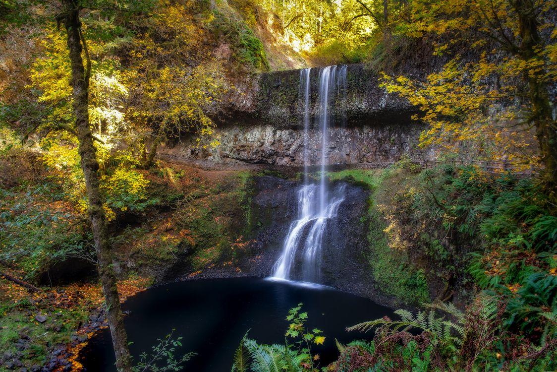 Фото бесплатно осень, водопад, водоём, скалы, лес, деревья, пейзаж, пейзажи