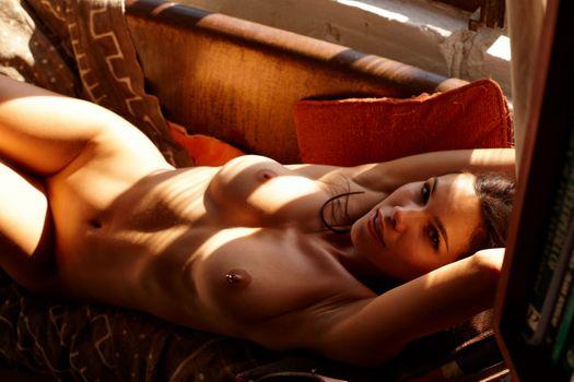 Бесплатные фото девушка,секси,грудь,диван,Катерина giannoglou,большие сиськи,брюнетка,загорелая,обнаженная,соски,проколотые соски