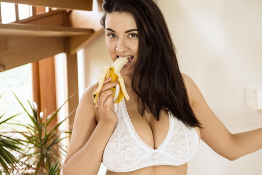 Joey sexy eating a banana · free photo