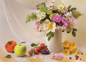 Бесплатные фото ваза,цветы,стол,фрукты,клубника,яблоко,натюрморт