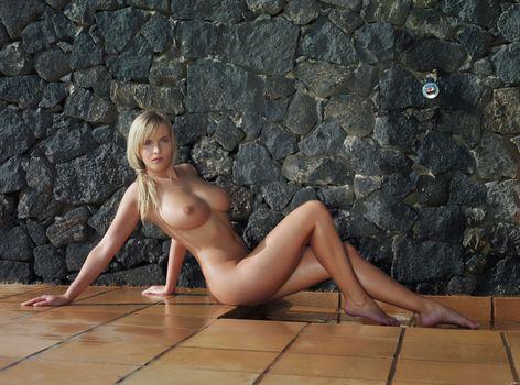 Бесплатные фото голая,упругая,грудь,у стены