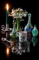 Бесплатные фото чайная чашка,свеча,натюрморт,стол черный фон,отражение,цветы,ваза