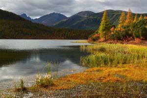 Горы и осеннее озеро · бесплатное фото