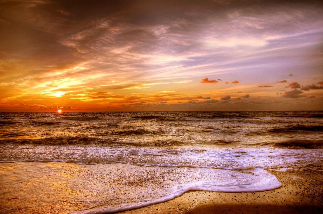 Закат и волны на пляже · бесплатное фото