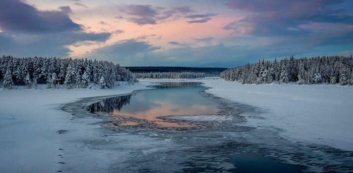 Заставки Полярная ночь,Швеция,Кируна,зима,закат,река,снег,лёд,лес,деревья,природа,пейзаж
