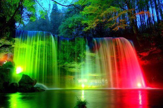 Бесплатные фото водопад,ночь,река,лес,освещение,огни,иллюминация,деревья,скалы,разноцветные огни,пейзаж