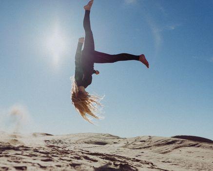 Бесплатные фото женщина,девушка,земля,мебель,Ульм,песок пустыни,Юта,песок,дюны,блондинка с волосами сальто,силуэт,удар