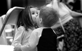 Заставки черный, дети, мило, друзья, поцелуй, любовь, настроение, белый
