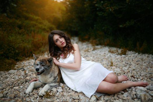 Бесплатные фото женщины,брюнетка,карие глаза,красная помада,ноги,собака,женщины на открытом воздухе,платье,природа,белое платье