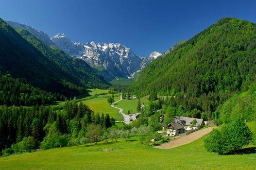 Заставки альпийские горы, ущелье, деревня