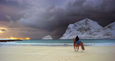 Фото бесплатно пляж, побережье, лошадь, настроение, горы, дождь, песок, море, снег, зима