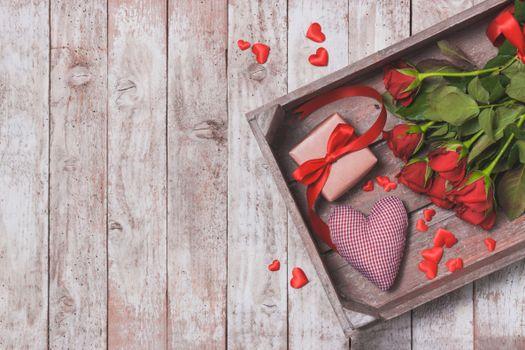 Фото бесплатно коробка, подарок, лента, сердечки, деревянный пол, розы, букет, велентинка