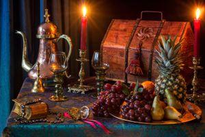 Фото бесплатно праздник, Рождественская елка, чайник, бокалы, фаршированные пироги, оловянный подсвечник, лампа, керосин, парафин, масляная лампа, рождественские подарки, натюрморт, святки, рождество, крекеры, венок, вино