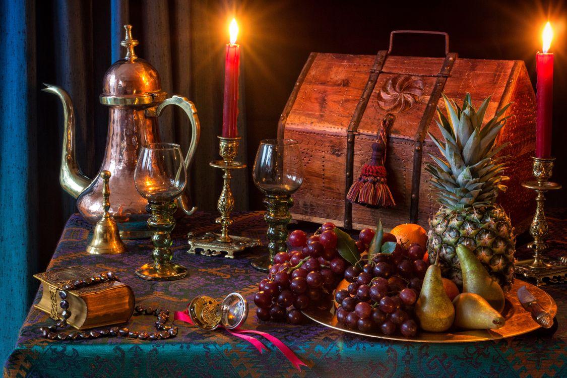 Фото бесплатно праздник, Рождественская елка, чайник, бокалы, фаршированные пироги, оловянный подсвечник, лампа, керосин, парафин, масляная лампа, рождественские подарки, натюрморт, святки, рождество, крекеры, еда