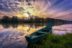 Фото бесплатно старая лодка, закат, река, лодка, небо, деревья, пейзаж