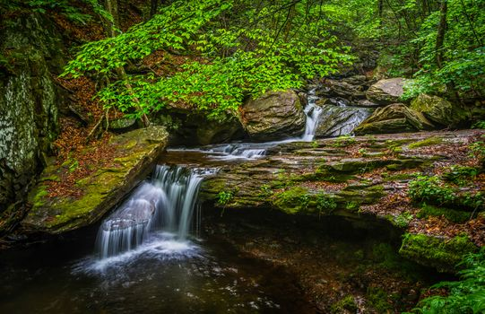 Ручей в скалистой местности · бесплатное фото