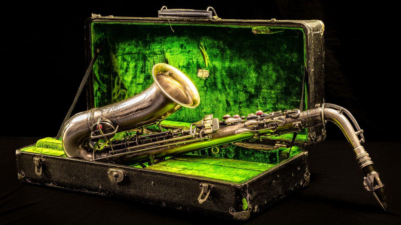 Обои саксофон, чемодан, чехол картинки на телефон