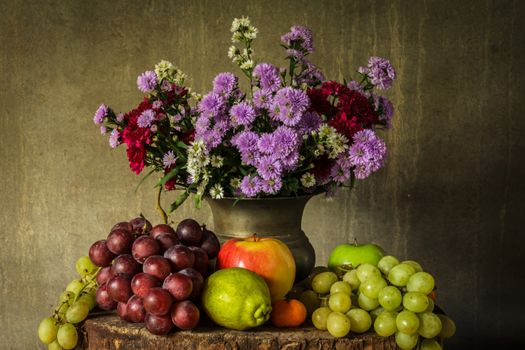 Цветочно-виноградный натюрморт · бесплатное фото