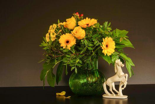 Фото бесплатно натюрморт, цветы, ваза, герберы, роза, статуэтка, лошадь