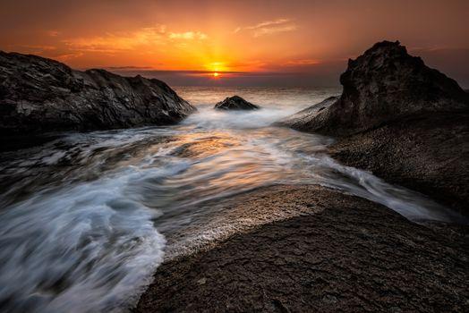 Заход солнца и волны прибоя · бесплатное фото