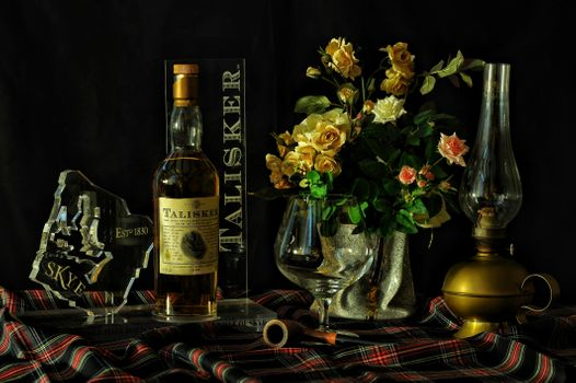 Бесплатные фото натюрморт,стол,ваза,цветы,розы,напиток,виски,лампа,бокал