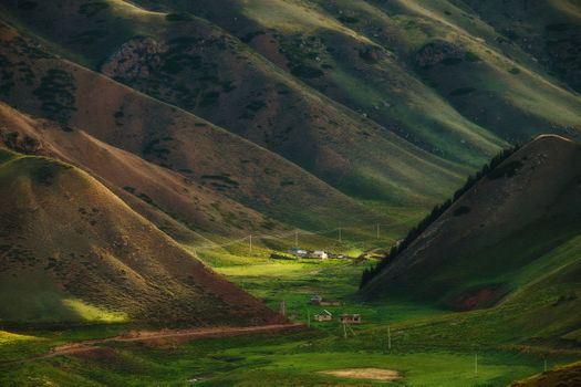 Поселок между гор и жилища кочевников
