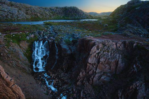 Водопад около озера · бесплатное фото