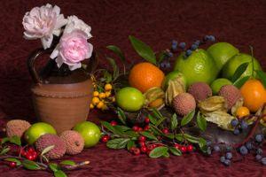 Бесплатные фото натюрморт,стол,цветы,пионы,фрукты,личи,лайм