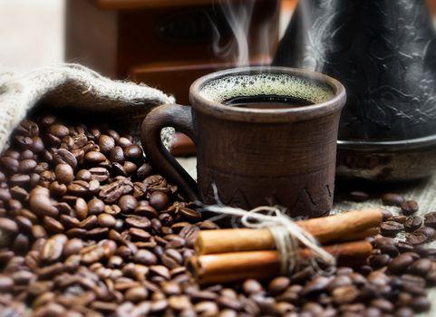 Горячий кофе в керамической кружке · бесплатное фото