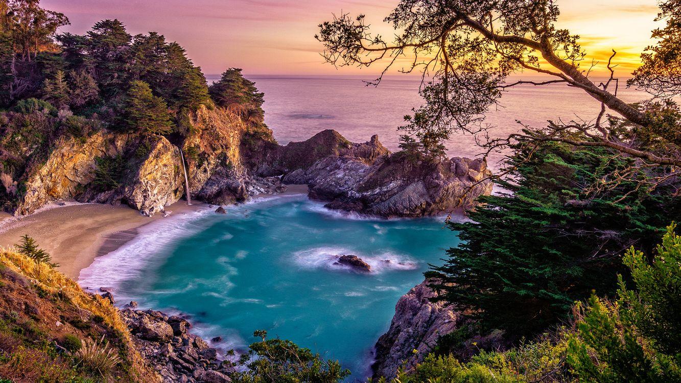Пляж на берегу океана · бесплатное фото