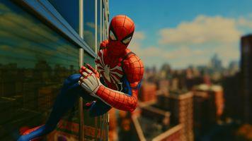 Человек-паук бежит по стене