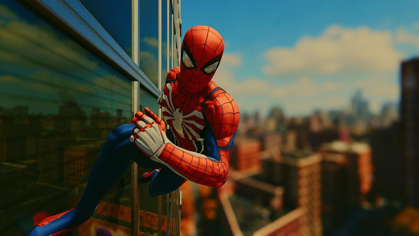 Человек-паук бежит по стене · бесплатное фото