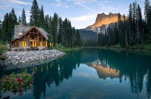 Бесплатные фото Emerald Lake,Yoho National Park,река,горы,деревья,лес,домик