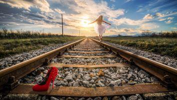 Бесплатные фото потерянная туфелька,рельсы,железная дорога,солнечные лучи,небо,облака,шпалы