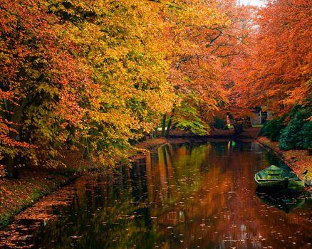 Река в осеннем парке и лодка · бесплатное фото