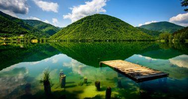 Озеро и зеленые холмы