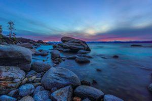 Каменистый берег Lake Tahoe