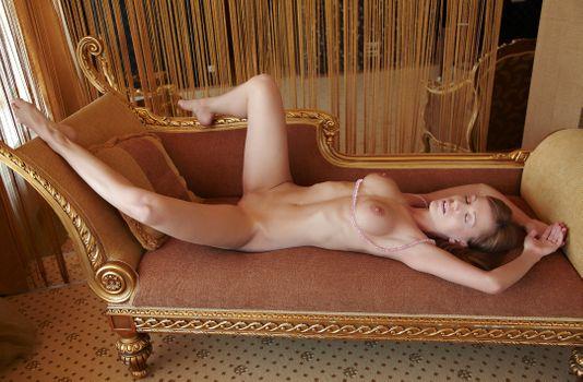 Бесплатные фото брюнетка,диван,гостиная,лежа,сиськи,гладкая киска,ожерелье,сон,большие сиськи,соски,бритая киска,половые губы