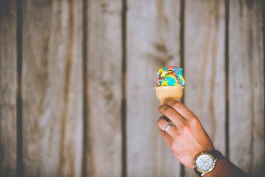 Бесплатные фото смотреть,рука,человек,палец,весна,зеленый,цвет,конус,рыжих,мороженое,фотография