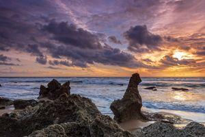Скалистые образования на морском берегу · бесплатное фото