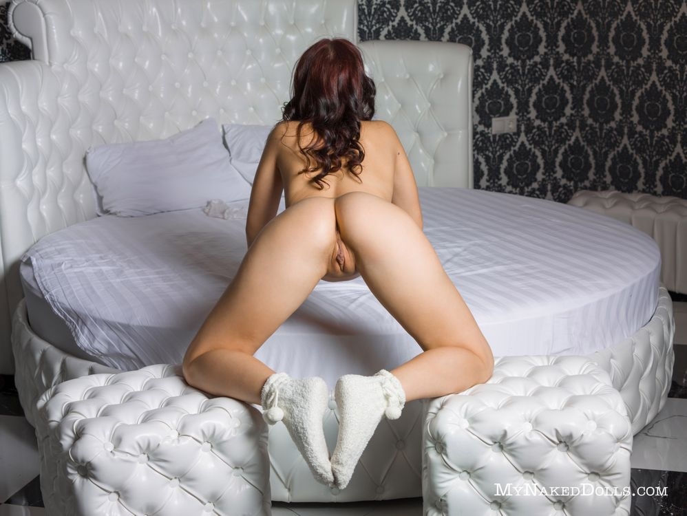 Голая в белых носочках · бесплатное фото