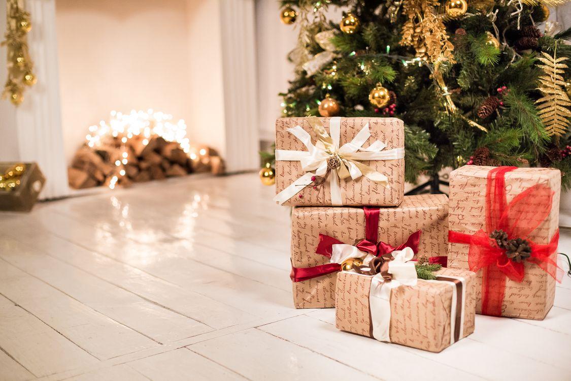 Фото бесплатно комната, новогодняя, елка, подарки, праздник, гирлянды, праздники