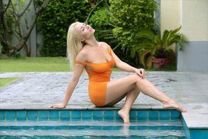 Бесплатные фото платье,обтягивающее,короткое,бассейн,ноги,Изабелла д,Элла с