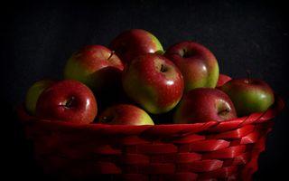 Яблоки на черном фоне · бесплатное фото